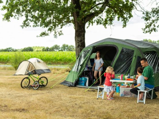 famille camping emplacement tente